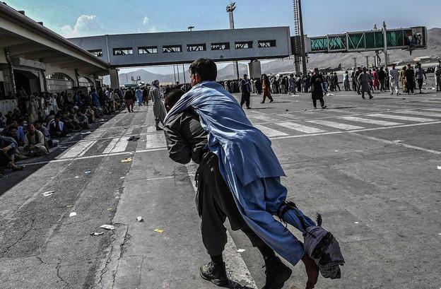 Le chaos semble total à l'aéroport de Kaboul, où les USA craignent maintenant un attentat de l'État islamique. (Photo: Shutterstock)