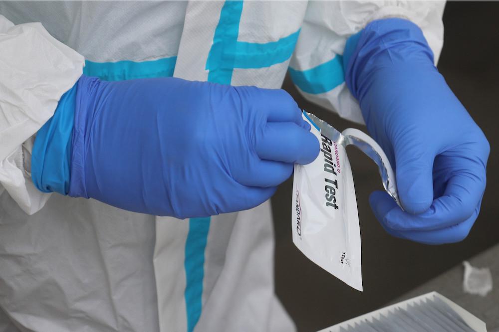 Les tests antigéniques, rapides, ne prennent qu'un peu plus d'une dizaine de minutes pour délivrer leur résultat. (Photo: Shutterstock)