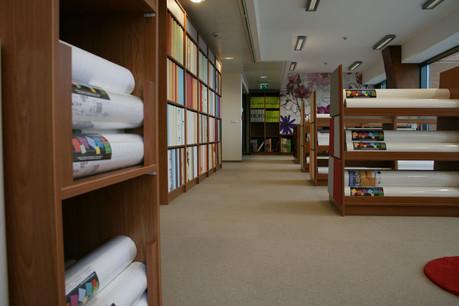 Le site de Leudelange abrite par exemple une salle d'exposition de plus de 350m2avec un choix extrêmement large de papiers peints, intissés, fibres de verre, etc., mais aussi de parquets, revêtements en vinyle, laminés... pour les sols. (Photo: Peintures Robin)