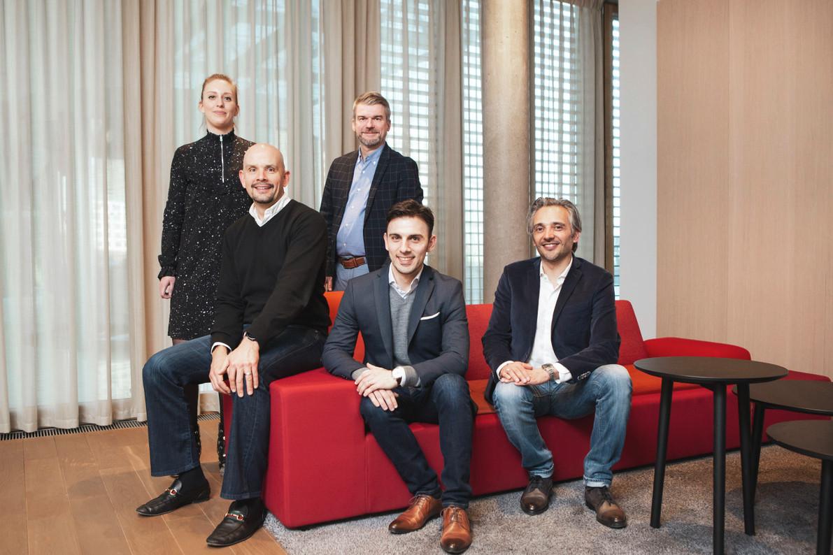 La Blockchain and Crypto-assets core team de PwC Luxembourg. Debout: Anne-Sophie Mauffrey et Patrick Hennes. Assis, de gauche à droite: Michael Delano, Thomas Campione et Cyril Lamorlette. (Photo: Patricia Pitsch/Maison Moderne)