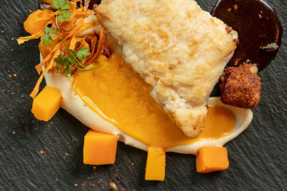 Pavé de merlu, purée de butternut et croquette de crevettes grises. (Photo: Patricia Pitsch/Maison Moderne)