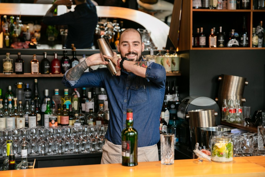 At the Um Plateau restaurant, Florian Pawlick likes to reinterpret the great cocktail classics with Ardberg whisky. Photo: Romain Gamba/Maison Moderne