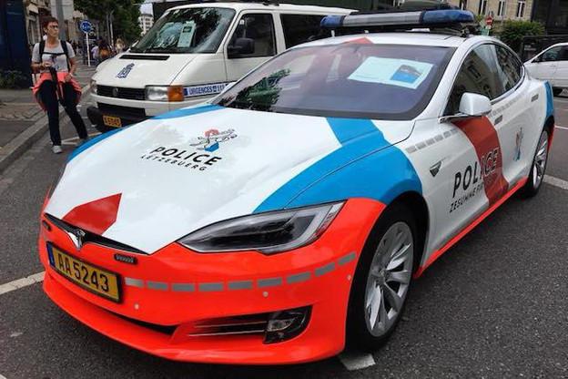 Une des Tesla de la police s'est retrouvée en panne de batterie sur l'autoroute. (Photo: Delano)