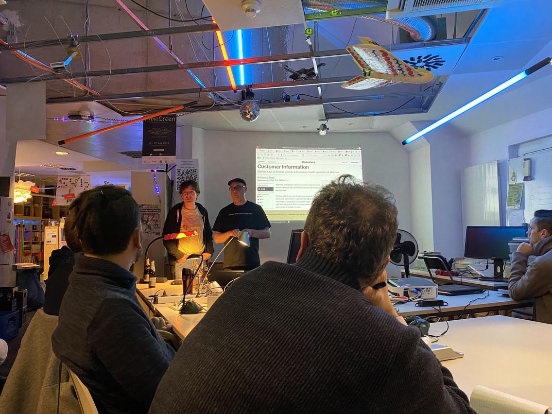 L'expert du Privacy Salon, Chris Pinchen (avec la casquette), mardi soir, lors d'une session consacrée aux données personnelles. (Photo: Paperjam)