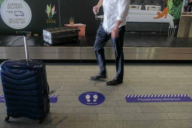 Les nombreux autocollants à l'aéroport de Luxembourg rappellent de garder les distances de sécurité. (Photo: Matic Zorman / Maison Moderne)