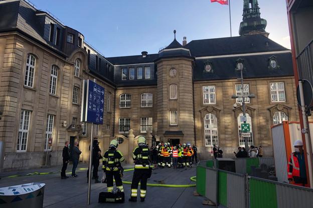 Devant la gare de Luxembourg, beaucoup s'interrogeaient sur les raisons pour lesquelles l'alarme retentissait ce jeudi après-midi. (Photo: Paperjam.lu)