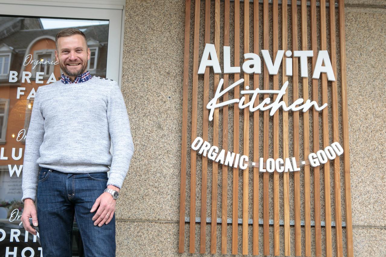 Julien Bretnacher présente avec enthousiasme et conviction la démarche «simple, bonne et bio» d'Alavita Kitchen, la nouvelle enseigne qu'il vient d'ouvrir avec Anne Harles. (Photo: Matic Zorman / Maison Moderne)
