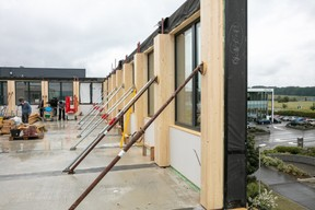The modules are assembled together to create the exterior wall. Photo: Romain Gamba / Maison Moderne