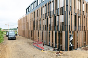 The cladding consists of vertical wooden slats. Photo: Romain Gamba / Maison Moderne