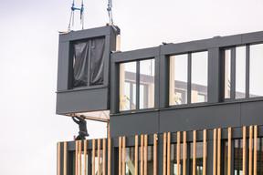 Le module est simplement monté à l'aide d'une grue jusqu'à son emplacement définitif. (Romain Gamba/Maison Moderne)