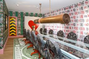 Dans la salle de conférences, un énorme cigare sert de luminaire, et le tapis représente un billet de banque XXL. ((Photo: SergeBrison))