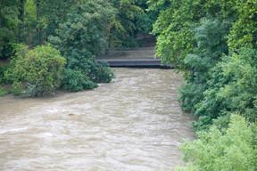 Les passerelles et ponts au-dessus de l'Alzette menacés par la montée des eaux. ((Photo: Matic Zorman / Maison Moderne))