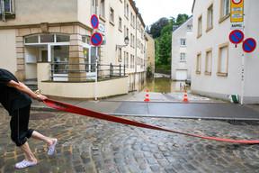 Secours, sinistrés et bénévoles tentent d'évacuer les eaux. ((Photo: Matic Zorman / Maison Moderne))