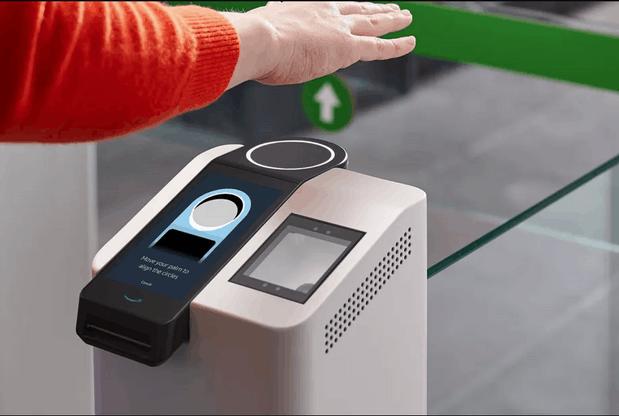 Une carte de crédit, un téléphone, une paume… et une minute pour pouvoir payer en utilisant la paume de sa main. (Photo: Amazon)
