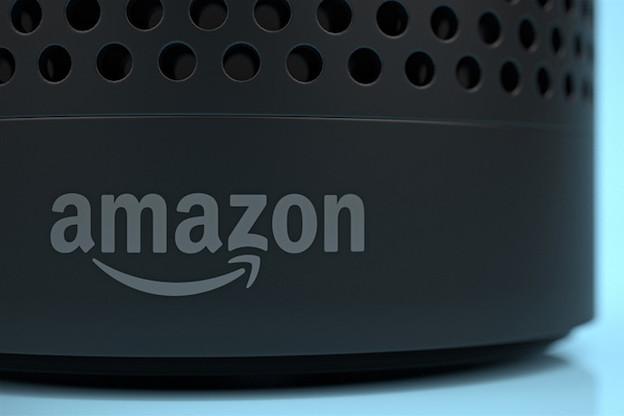 Bloomberg a révélé qu'Amazon emploie plusieurs milliers de personnes à écouter les enregistrements captés par ses enceintes connectées Echo. (Photo: Shutterstock)