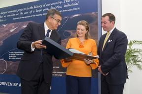 (de g. à dr.) Fouad Brini, président du Conseil d'Administration de l'Agence Spéciale Tanger Méditerranée (TMSA); S.A.R. la Grande-Duchesse héritière; S.A.R. le Grand-Duc héritier ((Photo: SIP / Jean-Christophe Verhaegen))
