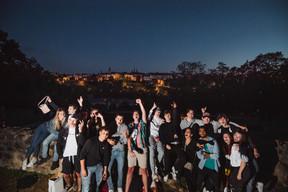 Pas de concerts et pas de feu d'artifice cette année pour la Fête nationale. Ce qui n'a pas empêché qu'il y ait une belle ambiance lundi soir dans les rues de la capitale, avec un respect parfois relatif des gestes barrière et des règles de distanciation physique. ((Photo: Nader Ghavami))