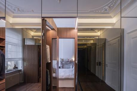 À l'étage, la chambre parentale est entièrement retravaillée avec des cloisons miroir. (Photo: Eric Chenal)