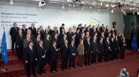 Première photo de famille européenne pour Angela Merkel (3e à droite, 1er rang) lors du Conseil européen des 15 et 16 décembre 2005 à Bruxelles. ((Photo: Commission européenne))