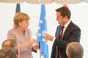 Angela Merkel et Xavier Bettel lèvent leur verre aux relations germano-luxembourgeoises, le 12 janvier 2017 à Luxembourg. ((Photo: SIP))