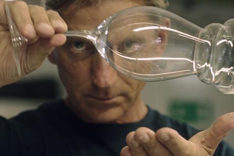 Dans la vidéo «Slip of the Line»(2018) d'Anri Sala, un magicien vient perturber une chaîne de production de verres. (Photo: Courtesy de l'artiste et Galerie Chantal Crousel, Paris)