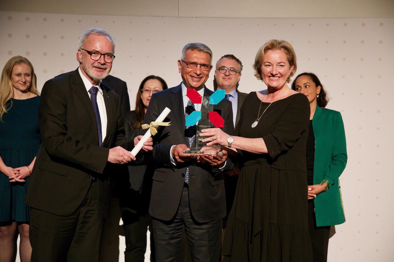 Werner Hoyer,président de la BEI (à gauche), etPaulette Lenert, ministre de la Coopération et de l'Action humanitaire, ont remis lePrix européen de la microfinance à l'assureur kényanApa Insurance Ltd. (Photo: European Microfinance Award\Studion)