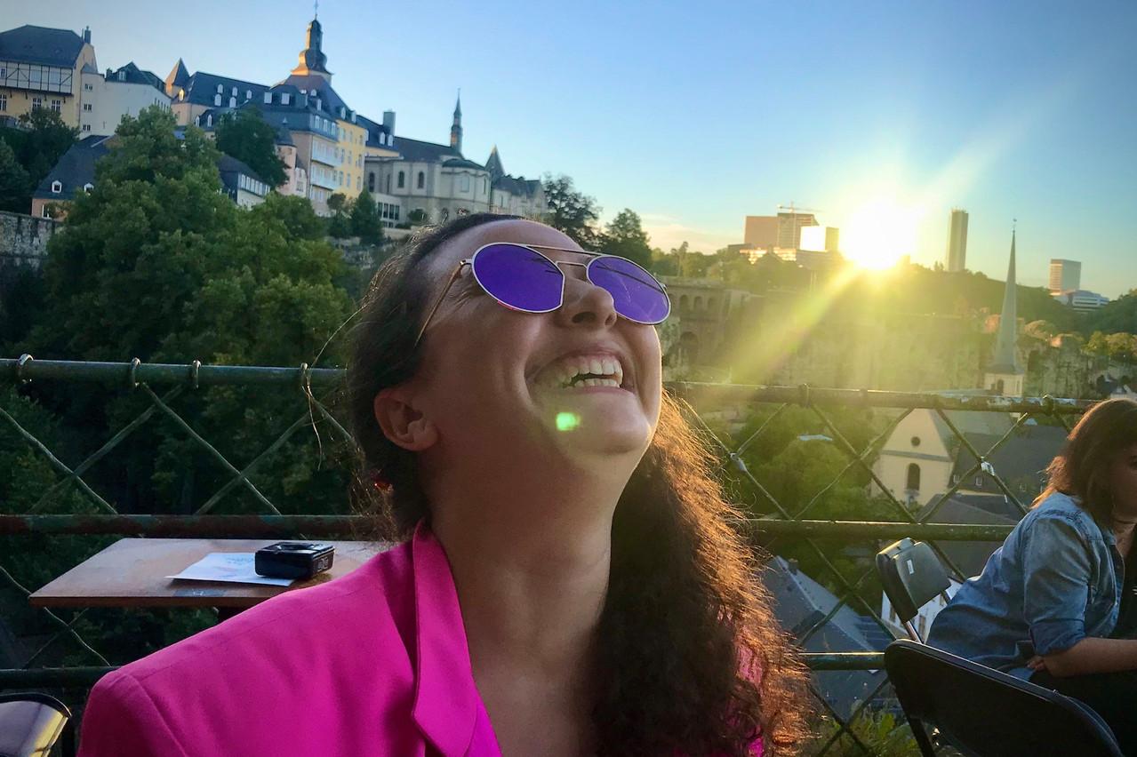 Le temps et l'ambiance sont au beau fixe sur la très jolie terrasse du Gudde Wëllen, comme nous le prouve Fatima Rougi (Kulturfabrik). (Photo : Maison Moderne)