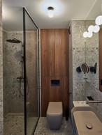 On retrouve une unité stylistique entre la pièce d'eau et le reste de l'appartement. ((Photo: Eric Chenal))