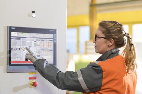 Parmi les applications déjà utilisées par ArcelorMittal,un casque de réalité virtuelle permet une revue de conception d'un équipement en construction à Dunkerque. (Photo: Mark Mercer pour ArcelorMittal)