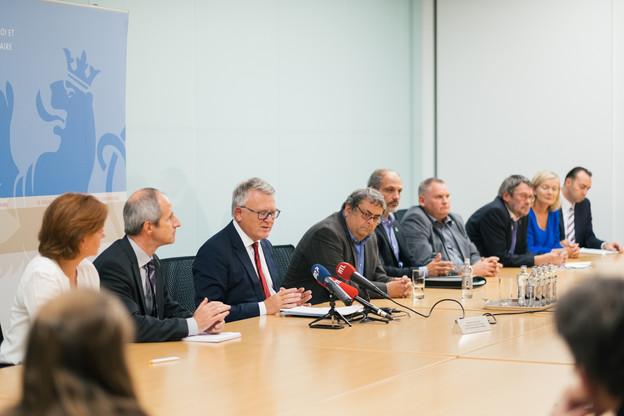 Direction, syndicats et responsables de l'Adem réunis en 2017 autour du ministre du Travail de l'époque, Nicolas Schmit, pour signer le dernier accord tripartite en date. (Photo: Sébastien Goossens/Archives Paperjam)