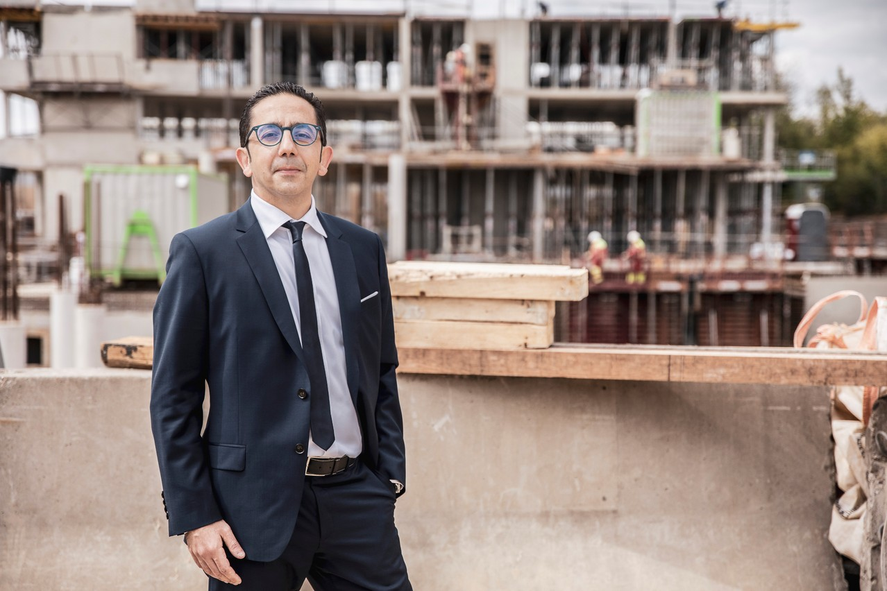Olivier Hamou, CEO d'Arendt Services, devant le chantier du nouveau bâtiment. (Photo: Jan Hanrion/Maison Moderne)