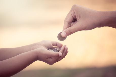 Entre 2014 et 2019, le pourcentage de parents donnant régulièrement de l'argent de poche a augmenté de 5%, et le pourcentage de ceux qui le versent directement sur un compte bancaire a presque doublé (de 8% en 2014 à 14% en 2020). (Photo: Shutterstock)