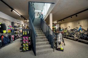 Le rez-de-chaussée, consacré aux vélos pour la famille, sur route ou en VTT, ainsi qu'aux accessoires. ((Photo: Nader Ghavami))