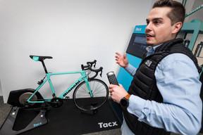 La technologie s'invite de plus en plus dans la passion cycliste. Ici avec un simulateur sur écran relié à une roue arrière reproduisant le dénivelé et les impressions de la route. À l'image,Julian Chapron, un des 12employés du magasin. ((Photo: Nader Ghavami))