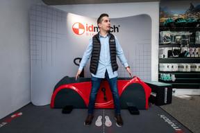 Lorsque l'achat plaisir dépasse facilement la barre du millier d'euros, le client attend une ergonomie optimale. L'entreprise a choisi d'investir quelque 35.000 euros dans un système de réglage en fonction de la morphologie du cycliste. À l'image,Julian Chapron, un des 12employés du magasin. ((Photo: Nader Ghavami))
