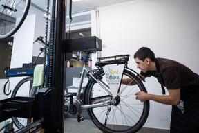Une partie des réparations effectuées sur place concerne aussi des sociétés de location de vélos. ((Photo: Nader Ghavami))