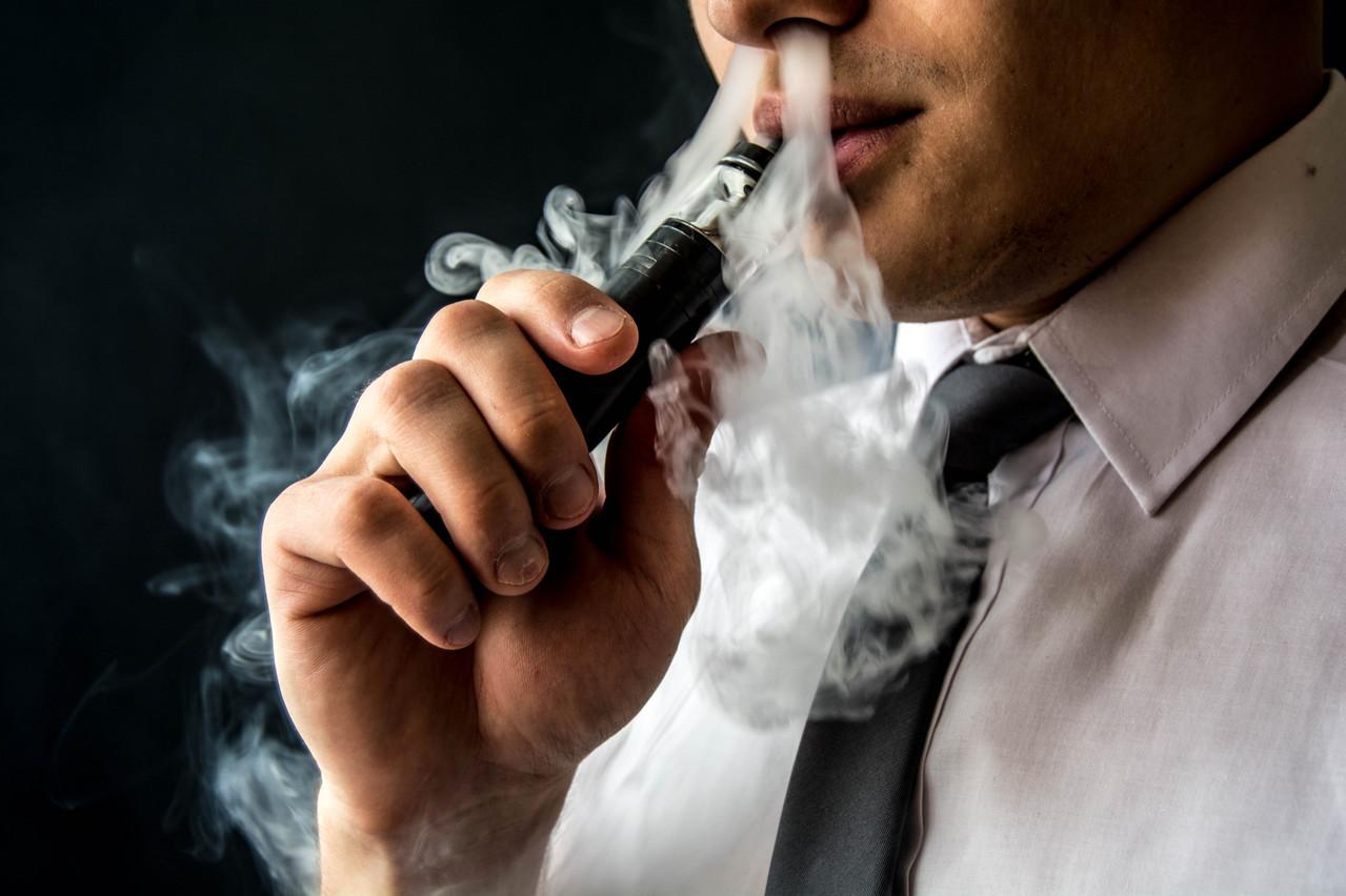 Après six décès et près de 400 cas de maladies pulmonaires, les autorités américaines s'apprêtent à interdire certains arômes. Prudence, répond le ministère de la Santé, qui ne doute pas de la dépendance que crée la cigarette électronique. (Photo: Shutterstock)