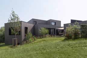 La maison se compose de huit blocs articulés sur un terrain en pente. ((Photo: Bohumil Kostohryz))