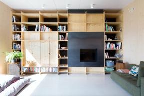 Dans le salon, des aménagements sur mesure permettent d'optimiser l'espace. ((Photo: Bohumil Kostohryz))