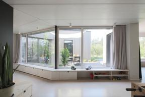 Depuis les pièces à vivre, de grandes baies vitrées donnent sur le patio. ((Photo: Bohumil Kostohryz))