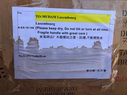 Ironie du sort, la caisse endommagée porte une étiquette précisant qu'il faut garder cette œuvre au sec… ((Photo: Su-MeiTse))