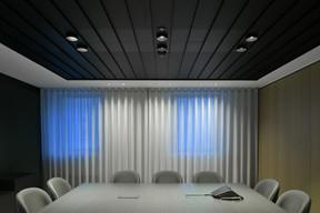 Les salles de réunion sont sobres et invitent à la discrétion. ((photo: Serge Brison))