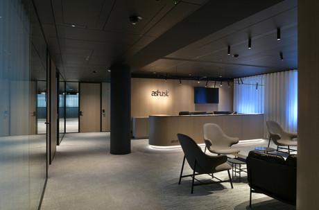 L'accueil des bureaux d'Ashurst LLP est traité avec des panneaux en chêne fumé, dans une atmosphère calme et feutrée. (Photo: Serge Brison)