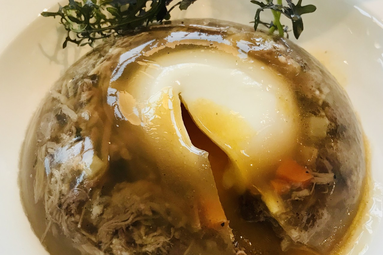 Une viande fondante et un œuf mollet sont les atouts gourmands de l'aspic du Windsor. (Photo: Paperjam)