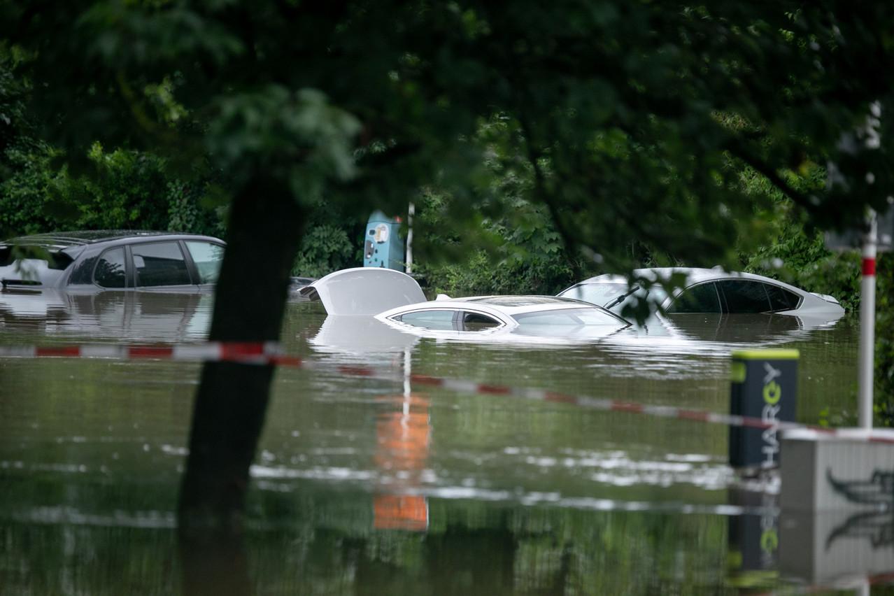 Des véhicules noyés place Dargent à Luxembourg-ville, ce jeudi 15 juillet. (Photo: Matic Zorman/Maison Moderne)