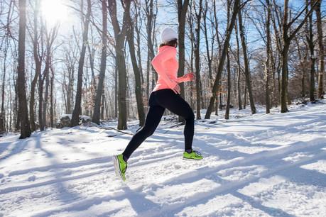 Courir est une bonne manière de profiter des paysages enneigés. Mais autant ne pas terminer complètement frigorifié. (Photo: Shutterstock)