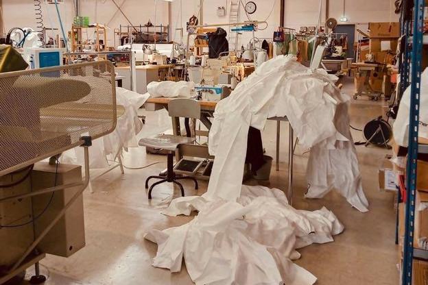 Outre des chemises de protection, l'atelier s'est vu commander des pantalons. (Photo: Eva Ferranti)