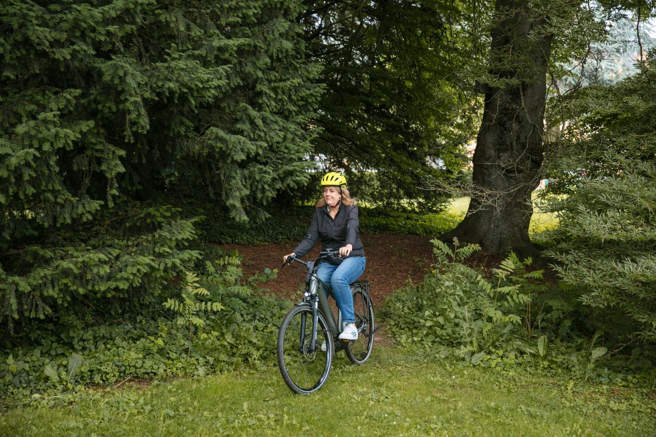 AnnaFox utilise unMoustache Samedi 28 e-bike. (Photo: Romain Gamba/Maison Moderne)