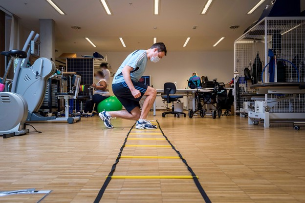 «J'ai perdu dix kilos», témoigneJaroslaw Tomczyk, qui garde des séquelles du Covid-19, contracté en mars. (Photo: Nader Ghavami/Maison Moderne)