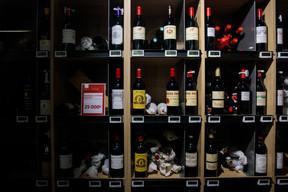 Des bouteilles de vin haut de gamme sont aussi proposées, parmi les 1.500références que compte le rayon vins. ((Photo: Matic Zorman / Maison Moderne))